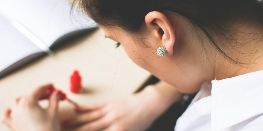 Jak zklasického laku na nehty vytvořit lak hybridní?