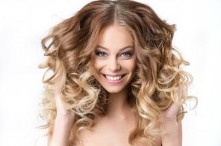 Jak vnoci ulehnout smokrými vlasy tak, abychom ráno vypadali skvěle?